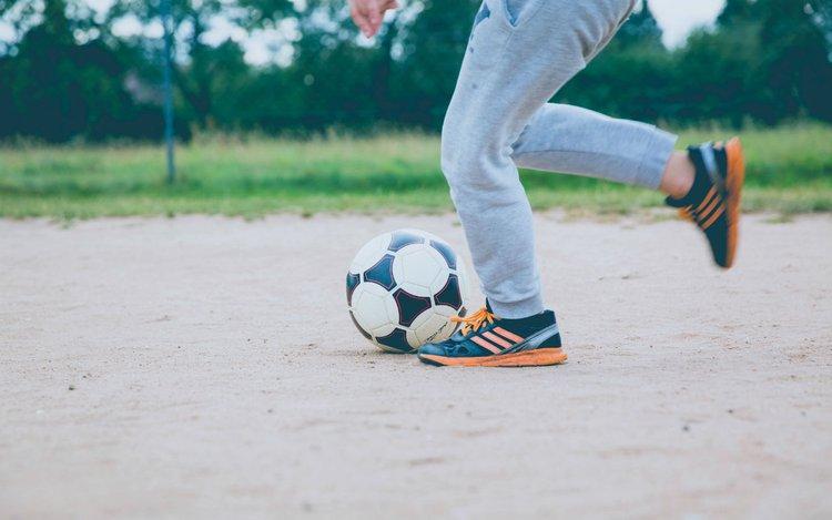 Geschwindigkeit eines Fußballs mit phyphox messen